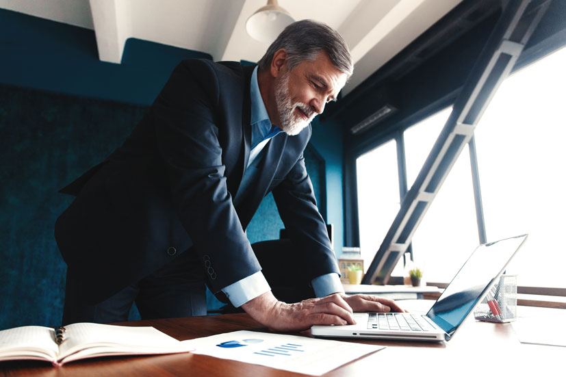 Hombre planificando sus inversiones comerciales