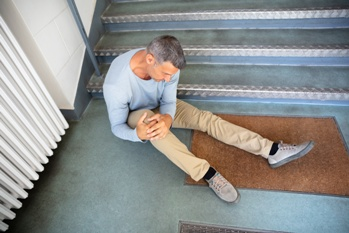 Man With an Injured Knee After a Slip and Fall Down a Set of Stairs Weir and Kestner Law Firm