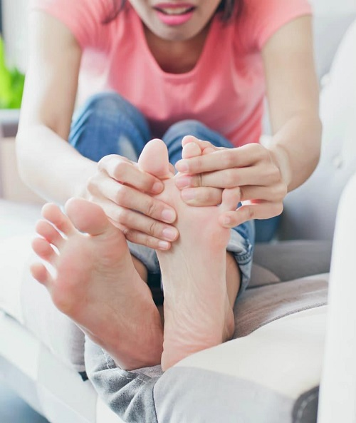 woman with warts on her feet