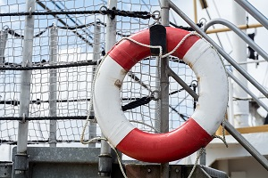 Flotation ring mounted on the side of a vessel