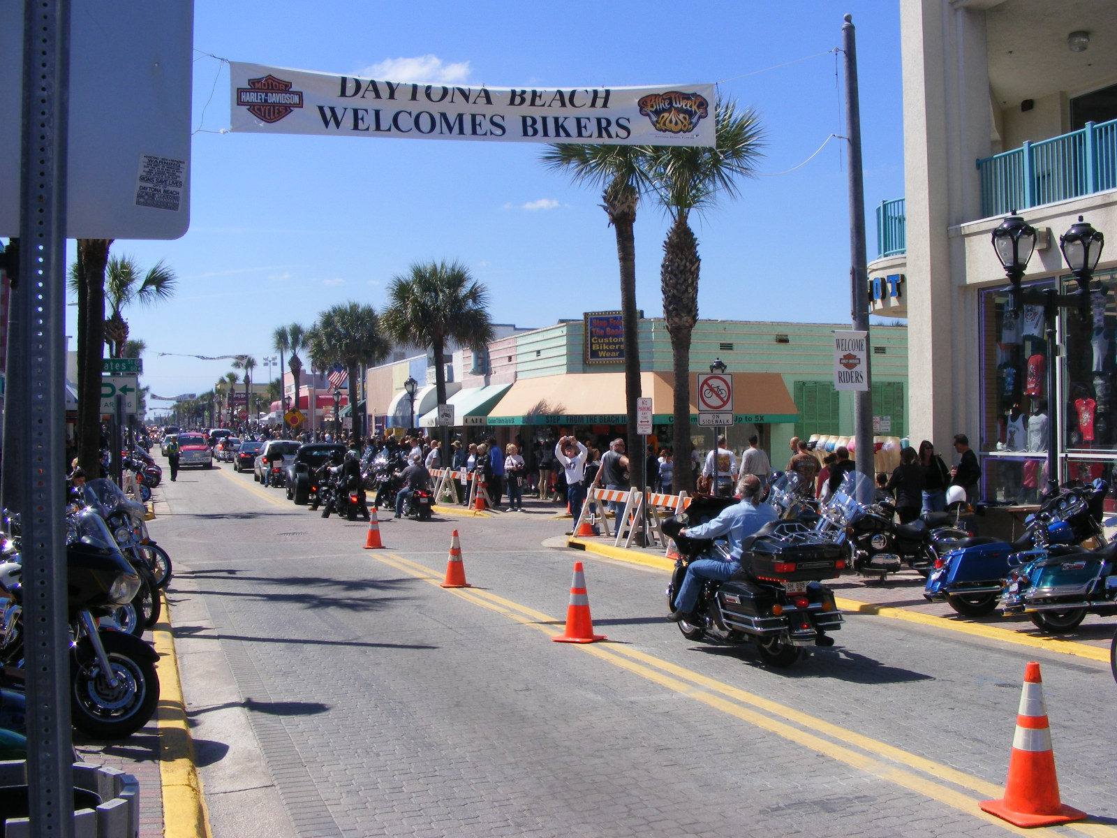 Motorcycles and bystanders at Daytona Bike Week