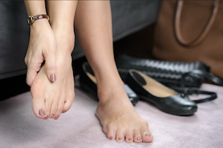 When bunions are red and painful, surgery is the best treatment. But avoid operating on two bunions at the same time!