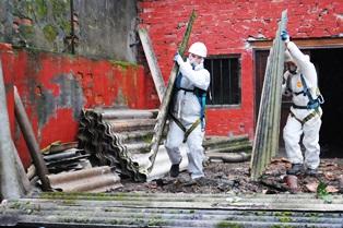 workers_handling_asbestos