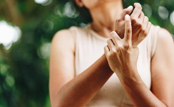 Learn the early signs of carpal tunnel syndrome.