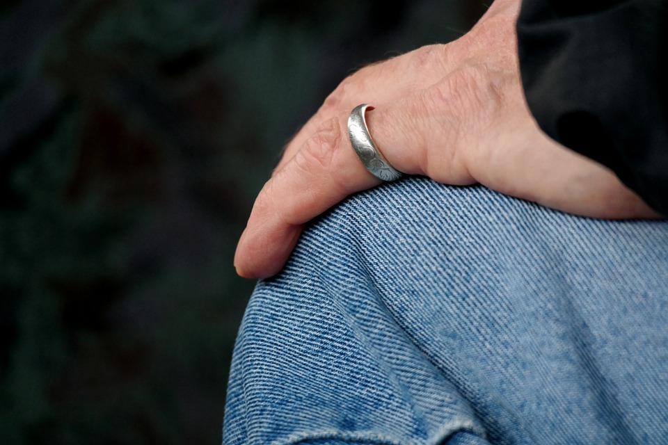 https://pixabay.com/en/widow-alone-ring-hand-finger-813615/
