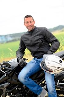 motorcyclist_with_helmet