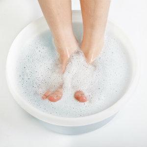 Soaking feet to treat nail fungus
