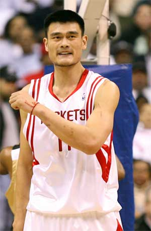 Yao Ming suffers broken foot