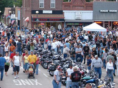 Hundreds rallies for Bike Night in Iowa