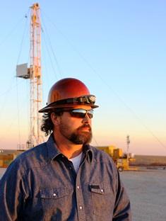 oil_worker_in_field